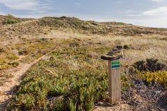 Bota vieja sobre la marca de la muestra del polo que camina la trayectoria en el puerto de Alentejo Fotos de archivo libres de regalías