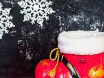 Bota y copos de nieve del Año Nuevo en fondo oscuro Fotografía de archivo