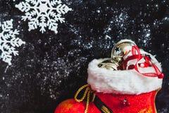 Bota y copos de nieve del Año Nuevo en fondo oscuro Fotografía de archivo libre de regalías