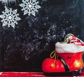 Bota y copos de nieve del Año Nuevo en fondo oscuro Imagenes de archivo