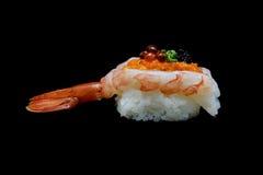 Botan ebi suszi lub Spacial premii królewiątka krewetkowy suszi mieszaliśmy ikura i kawioru wierzchołkiem na Japońskich ryż Japoń Zdjęcie Stock