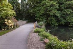 Botanical Garden Le Vallon du stak Alar Brest France 27 kan 2018 - kleine meer en brugzomer royalty-vrije stock foto's