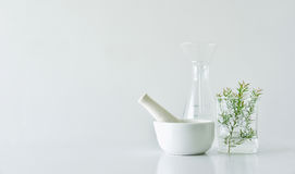 Botanique organique naturelle et verrerie scientifique, médecine alternative d'herbe, produits de beauté naturels de soins de la  Photos stock