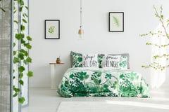 Botanische slaapkamer met witte muur stock afbeeldingen