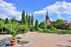 Botanische tuin van Wroclaw Mening van de kathedraal royalty-vrije stock foto's