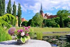 Botanische tuin van Wroclaw Mening van de kathedraal en het meer royalty-vrije stock foto