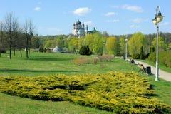Botanisk trädgårdlandskap med sikt på ortodox kyrka arkivfoto