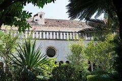 Botaniska trädgårdar i den Franciscan Museum-kloster, i Dubrovnik, Kroatien royaltyfri foto