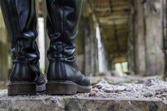 Botas altas de couro pesadas da mulher imagem de stock royalty free