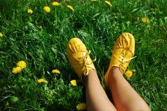 Botas amarillas en una hierba Fotos de archivo