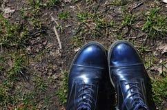 Botas azuis que estão na terra suja em uma floresta fotografia de stock royalty free