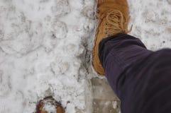 Botas a campo través en la nieve Imagen de archivo