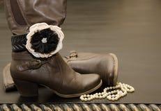 Botas con clase de Brown con la pulsera y las perlas Fotografía de archivo