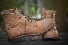 Botas da camurça na madeira suja fotos de stock royalty free