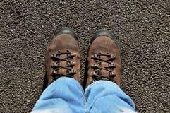 Botas da montanha na rua no dia ensolarado Imagens de Stock
