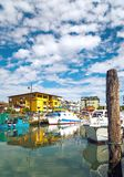 Botas da pesca ao longo da doca em Caorle, Itália MAR DE ADRIÁTICO imagens de stock