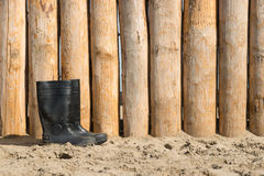 Botas de borracha na praia Imagem de Stock Royalty Free