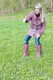 Botas de borracha vestindo da mulher Foto de Stock Royalty Free