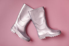 Botas de chuva de marcha à moda no rosa Fotos de Stock Royalty Free