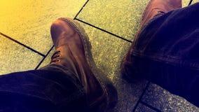 Botas de couro de Brown e calças de veludo fotografia de stock