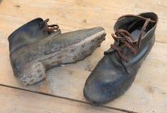 botas de couro com as solas com os pregos a andar no gelo usado pelo soldi fotografia de stock