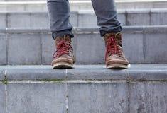 Botas de cuero masculinas en pasos Imágenes de archivo libres de regalías