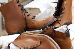 Nuevos zapatos y botas Fotos de archivo