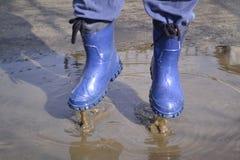 Botas de goma en la charca Foto de archivo
