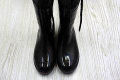 Botas de goma negras en el fondo blanco foto de archivo libre de regalías
