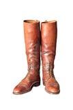 Botas de montar a caballo para hombre de la rodilla marrón del vintage altas en blanco Imágenes de archivo libres de regalías