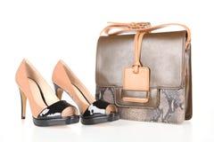 Botas de tacón alto y bolso de cuero Imágenes de archivo libres de regalías