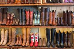 Botas de vaqueiro em uma prateleira em uma loja, enfrentando em linha reta foto de stock royalty free