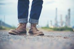 Botas de Wear Jeans And Brown del ingeniero imagenes de archivo