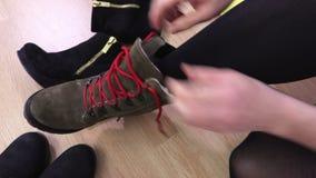 Botas del desgaste de mujer en piso almacen de metraje de vídeo