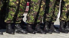 Botas del ejército en línea en un desfile almacen de video