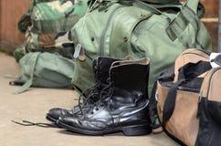 Botas del ejército con el petate y el perro marcados con etiqueta Fotos de archivo libres de regalías