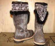 Botas del invierno hechas de la piel de los ciervos imagenes de archivo