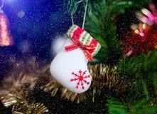 Botas del juguete del ` s del Año Nuevo con un copo de nieve Fotografía de archivo