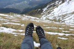Botas del senderismo en las montañas del Cáucaso Imagen de archivo libre de regalías