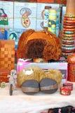 Botas del sombrero de piel y de la piel Recuerdos tibetanos en la tabla Foto de archivo libre de regalías