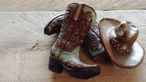 Botas del vaquero o de la muchacha con un sombrero imagen de archivo libre de regalías
