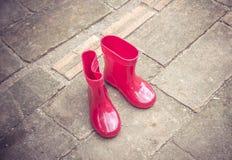 Botas do bebê da cor vermelha Fotografia de Stock Royalty Free