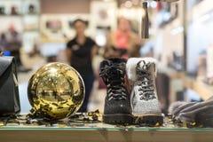 Botas do inverno das mulheres em uma mostra em um boutique Roupa e acessórios elegantes e à moda fotografia de stock royalty free