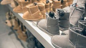 Botas do inverno do ` s das mulheres na loja foto de stock