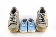 Botas do ` s do paizinho e sapatas do ` s do bebê, conceito do dia de pais Imagem de Stock Royalty Free