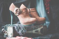 Botas do tornozelo da camurça de Brown com entrega pequena Foco seletivo Tiro a n?vel do olho imagens de stock royalty free