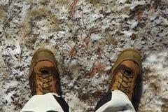 Botas en la nieve del derretimiento imagen de archivo libre de regalías