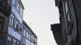 Botas en la torsión en la calle almacen de metraje de vídeo