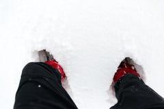 Botas en nieve, zapatos en una nieve blanca durante caminar en invierno foto de archivo libre de regalías