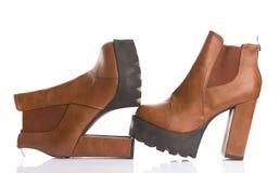 Botas marrons na moda da plataforma, tiro do estúdio fotos de stock royalty free